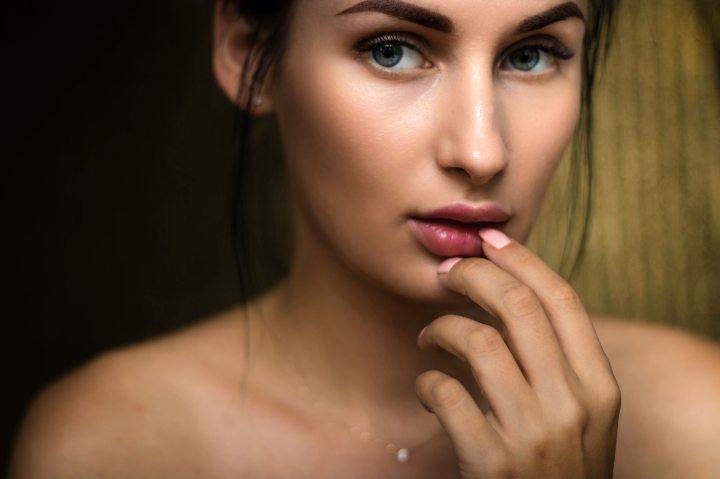 ניקוי פנים בדרך הכי נכונה: המדריך השלם לניקויהפנים