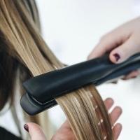 איך לבחור את המחליק הנכון לשיער שלך? ההבדלים בין מחליק טיטניום ומחליק קרמי