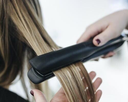 איך לבחור את המחליק הנכון לשיער שלך? ההבדלים בין מחליק טיטניום ומחליקקרמי